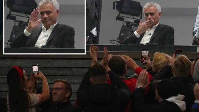 جماهير مانشستر يونايتد تُحيي جوزيه مورينيو والأخير يرد بقبلة